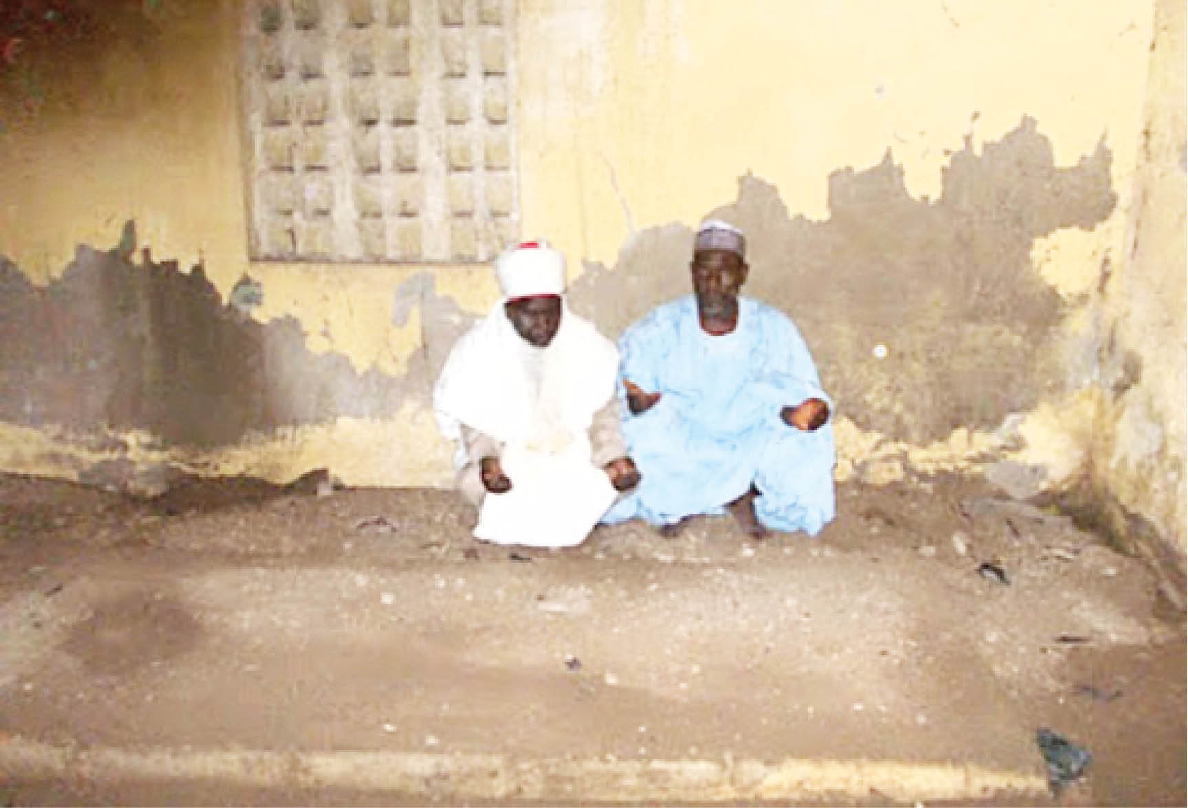 Unidentified persons praying at the grave of former emir Malam Umaru in Ilorin